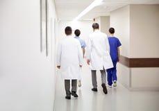 Grupp av läkare eller doktorer som promenerar sjukhuset arkivfoto