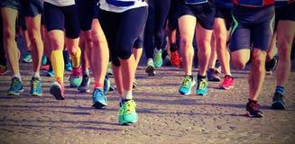 Grupp av löpare på mållinjen av ett spännande maratonlopp fotografering för bildbyråer