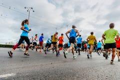 Grupp av löparemän och kvinnor som kör på stadsgatan Royaltyfri Fotografi