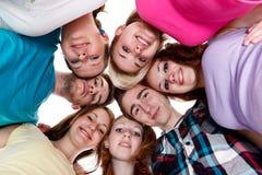 Grupp av le vänner med deras huvud tillsammans royaltyfria foton