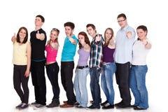 Grupp av le vänner som plattforer i rad royaltyfria bilder