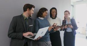 Grupp av ledare som använder bärbara datorn och den digitala minnestavlan 4k stock video
