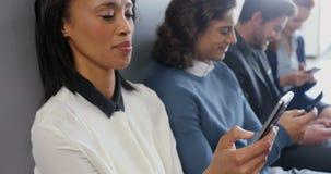 Grupp av ledare som använder mobiltelefonen 4k arkivfilmer