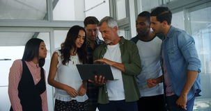 Grupp av ledare som diskuterar över bärbara datorn lager videofilmer