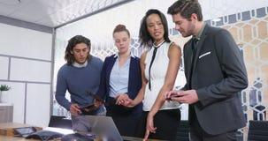 Grupp av ledare som diskuterar över bärbara datorn på skrivbordet 4k arkivfilmer