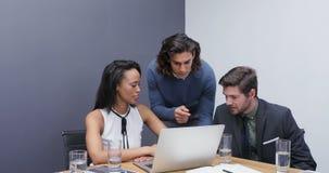 Grupp av ledare som diskuterar över bärbara datorn på skrivbordet 4k lager videofilmer