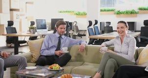 Grupp av ledare som påverkar varandra, medan ha kaffe 4k lager videofilmer