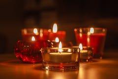 Grupp av Litstearinljus i mörkret Royaltyfri Bild