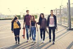 Grupp av livsstilen för skolavänner utomhus royaltyfri bild
