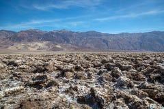 Grupp av lokaler och turisten som tycker om en dag för blå himmel i den Death Valley nationalparken Royaltyfria Foton