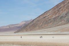 Grupp av lokaler och turisten som tycker om en dag för blå himmel i den Death Valley nationalparken Royaltyfri Foto