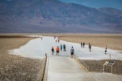 Grupp av lokaler och turisten som tycker om en dag för blå himmel i den Death Valley nationalparken Arkivbilder