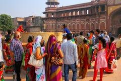 Grupp av lokalt folk som står utanför Jahangiri Mahal i Agra F arkivfoton