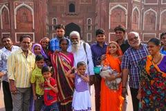 Grupp av lokalt folk som står utanför Jahangiri Mahal i Agra F royaltyfria bilder