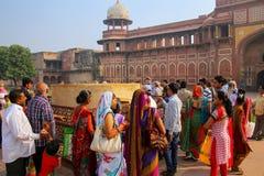 Grupp av lokalt folk som står utanför Jahangiri Mahal i Agra F royaltyfri bild