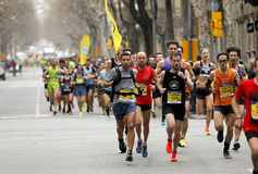 Grupp av löpare i Barcelona gator Royaltyfri Bild