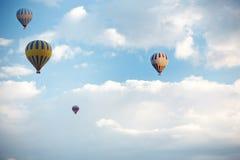 Grupp av luftballonger som flyger i himlen arkivbilder