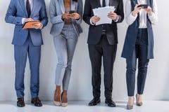 Grupp av lyckat affärsfolk, i att stå för dräkter arkivfoton