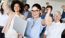 Grupp av lyckat affärsfolk i regeringsställning arkivbild