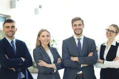 Grupp av lyckat aff?rsfolk p? bakgrunden av kontoret royaltyfri bild
