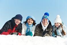 Grupp av lycklig ungdomar i vinter Arkivfoto