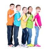 Grupp av lyckliga barn i färgrika t-skjortor. Arkivfoto