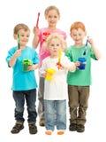 Grupp av lyckliga barn med ungemålarfärgborstar royaltyfri fotografi