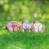 Grupp av lyckliga barn som utomhus spelar Arkivfoto