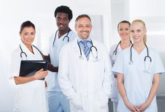 Grupp av lyckliga blandras- doktorer Arkivfoton