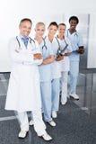 Grupp av lyckliga blandras- doktorer Arkivbild