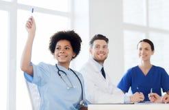 Grupp av lyckliga doktorer på konferens på sjukhuset royaltyfri foto