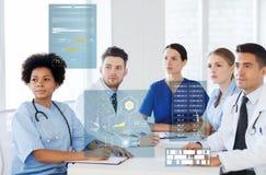 Grupp av lyckliga doktorer på konferens på sjukhuset Arkivfoton