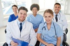Grupp av lyckliga doktorer på seminarium på sjukhuset arkivbild