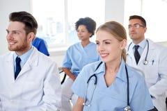 Grupp av lyckliga doktorer på seminarium på sjukhuset arkivfoton