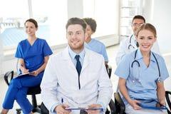 Grupp av lyckliga doktorer på seminarium på sjukhuset arkivbilder