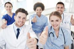 Grupp av lyckliga doktorer på seminarium på sjukhuset royaltyfria foton