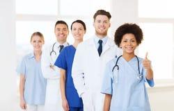 Grupp av lyckliga doktorer på sjukhuset royaltyfria bilder