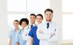 Grupp av lyckliga doktorer på sjukhuset arkivfoto
