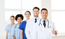 Grupp av lyckliga doktorer på sjukhuset royaltyfri bild
