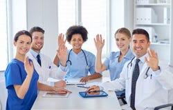 Grupp av lyckliga doktorer som möter på sjukhuskontoret royaltyfri fotografi
