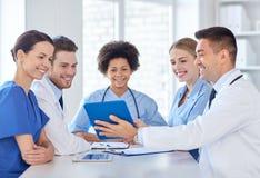 Grupp av lyckliga doktorer som möter på sjukhuskontoret Royaltyfri Bild