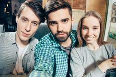 Grupp av lyckliga gladlynta bästa vän som gör selfie arkivbilder