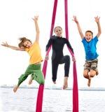 Grupp av lyckliga gladlynta sportive barn som hoppar och dansar Royaltyfria Foton