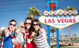 Grupp av lyckliga kvinnor eller vänner på Las Vegas royaltyfri fotografi
