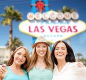 Grupp av lyckliga kvinnor eller vänner på Las Vegas royaltyfria foton