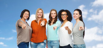 Grupp av lyckliga kvinnor som pekar fingret på dig Royaltyfria Foton