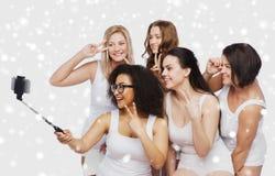 Grupp av lyckliga kvinnor som tar selfie vid smartphoone Arkivbilder