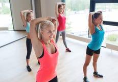 Grupp av lyckliga kvinnor som utarbetar i idrottshall Royaltyfri Foto