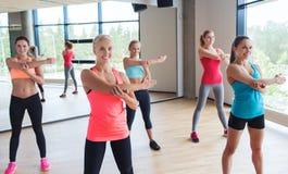 Grupp av lyckliga kvinnor som utarbetar i idrottshall Royaltyfria Foton