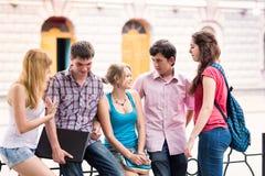 Grupp av lyckliga le tonårs- studenter utanför högskolan Royaltyfri Bild